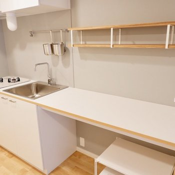 造作の調理台兼デスクが特徴です。