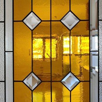 オレンジがステキなステンドグラス。アップでどうぞ。(※写真は4階の同間取り別部屋のものです)