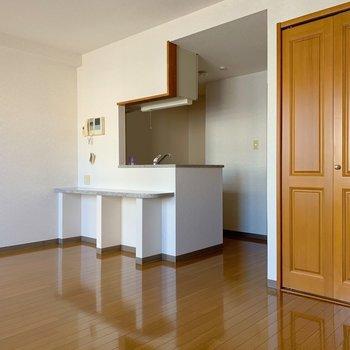 キッチンはカウンター付き。スツールを置いてテーブル代わりに!(※写真は4階の同間取り別部屋のものです)