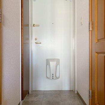 黒い線までが玄関です。ノンステップ◎大理石調の床がいい味だしてる。(※写真は4階の同間取り別部屋のものです)