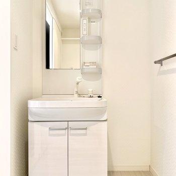 洗面台の右横はコンパクトな棚も置けそう◎(※写真は3階の同間取り別部屋、清掃前のものです)