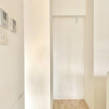 冷蔵庫の大きさは要チェック◎(※写真は3階の同間取り別部屋、清掃前のものです)