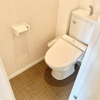 トイレはウォシュレット付き(※写真は3階の同間取り別部屋、清掃前のものです)