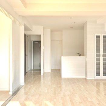 収納棚付きです。食器類をしまうのもいいかも。(※写真は3階の同間取り別部屋、清掃前のものです)