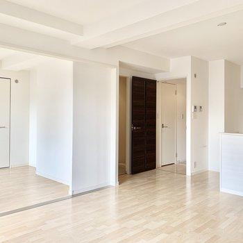 洋室との引き戸を開けて使っても◎(※写真は3階の同間取り別部屋、清掃前のものです)