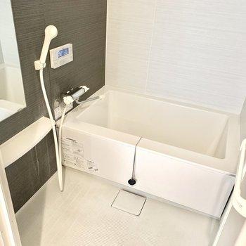 お風呂は浴室乾燥機付き。雨の日はありがたい!(※写真は3階の同間取り別部屋、清掃前のものです)