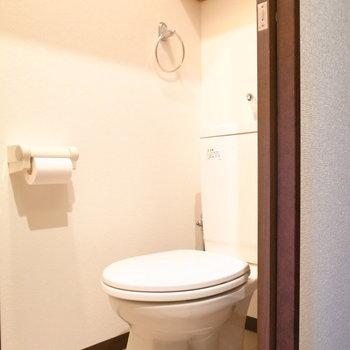 トイレの上にも棚板があります。水回りの収納ってうれしいですね。