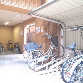 【共用部】駐輪場はマンションの裏手にあります。