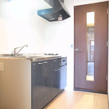 玄関と居室のあいだにあるキッチンは、ドアでしっかり分かれています。窮屈さもありません。