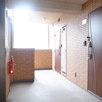 【共用部】エレベーターを出てすぐ前にお部屋があります。