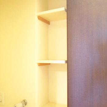 右にちいさな棚もあります。