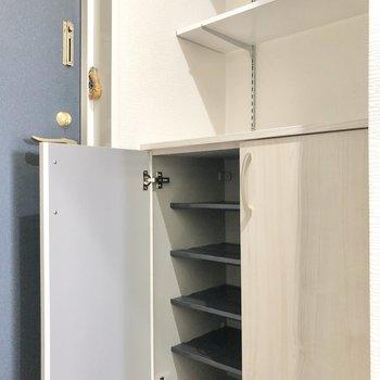 程よいサイズのシューズBOXに加えて上の2段の棚は見せる収納が楽しめそう♪