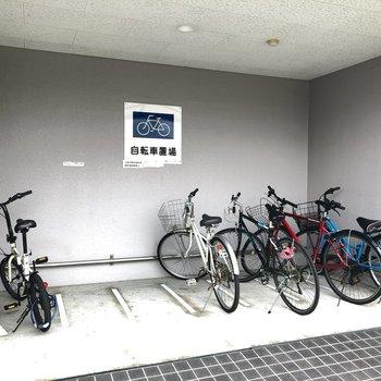 駐輪場は屋根付きだから雨から自転車を守ってくれますね。