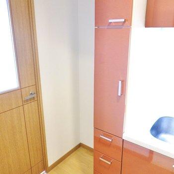 冷蔵庫置き場はドア側に。収納もたっぷりで器やキッチンツールをたくさん集められます。