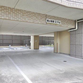 エントランスのすぐ横には駐車場。