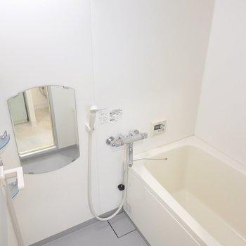 深めの浴槽と素敵な鏡のあるお風呂。浴室乾燥機付きで雨の日の洗濯物も乾かせますよ◎