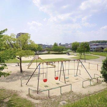 お部屋のすぐ近くの公園。こちらもお散歩コースに入れましょう。