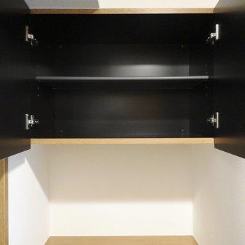 上段は下段より少しコンパクト。間には鍵置き場やウェルカムボードなど置けそうなスペースが。