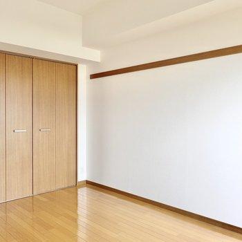 片方の壁には木製の雰囲気あるピクチャーレール付き!クローゼットも大きめです。