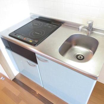 キッチンはIHの2口コンロのシステムキッチン。(※写真は9階の反転間取り別部屋のものです)