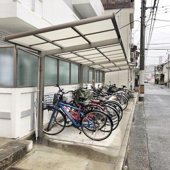 半屋根付きの駐輪場なので、雨の日も自転車を守ってくれますね。