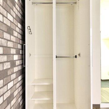 程よく3箇所にハンガーポールがついていて収納しやすいクローゼット。(※写真は1階同間取りのお部屋です)