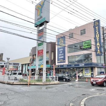 マンションから歩いて約2分、スーパーが見えてきます。