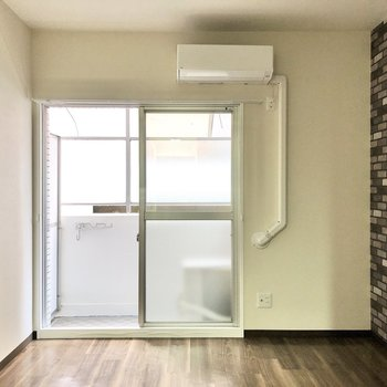 エアコン付きって、初期費用が抑えられる嬉しいポイント!(※写真は1階同間取りのお部屋です)