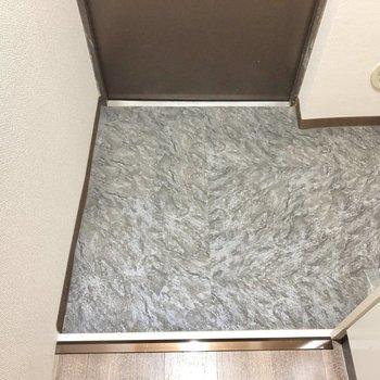 フラットな玄関にはスタメンだけを並べましょうか。その横は…(※写真は1階同間取りのお部屋です)