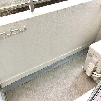 コンパクトなバルコニーなので、洗濯はこまめにするのがベター。(※写真は1階同間取りのお部屋です)