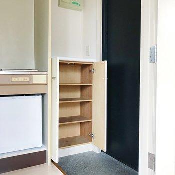 玄関へ。靴箱上に鍵などを置いておくこともできますね。※写真は2階の同間取り別部屋のものです