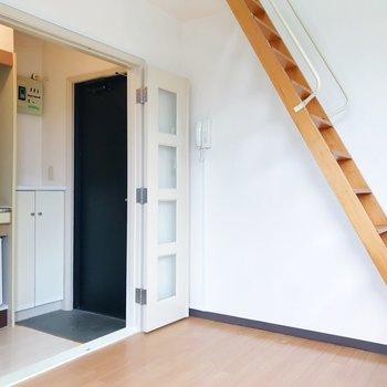 キッチンスペースへ。扉で仕切ることもできますよ。※写真は2階の同間取り別部屋のものです