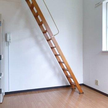 天井高めですよ◎※写真は2階の同間取り別部屋のものです