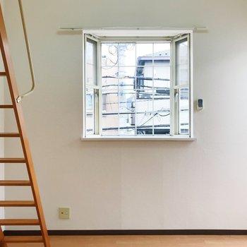 出窓のキュートさとウッドがマッチしてるなぁ。※写真は2階の同間取り別部屋のものです