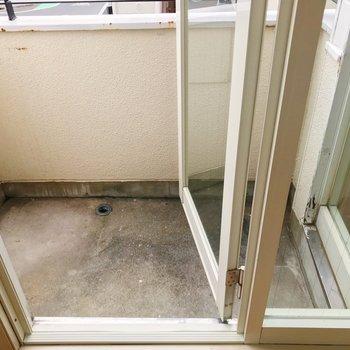 洗濯機置場はバルコニーに。※写真は2階の同間取り別部屋のものです