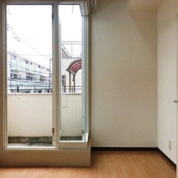 大きな窓のおかげで、圧迫感を感じません。※写真は2階の同間取り別部屋のものです