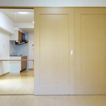 空間を分ける引き戸は1枚分だけ開きます!(※写真は5階の反転間取り別部屋、清掃前のものです)