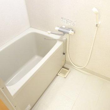 お風呂は素朴ですが、サーモ水栓で使いやすく。(※写真は5階の反転間取り別部屋、清掃前のものです)