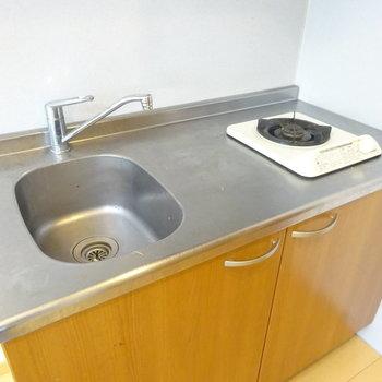 キッチンはコンパクトですが料理スペースは確保!(※写真は5階の反転間取り別部屋、清掃前のものです)
