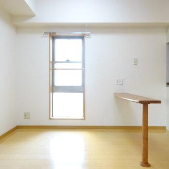 リビングにも窓があるのはうれしいですね〜(※写真は5階の反転間取り別部屋、清掃前のものです)