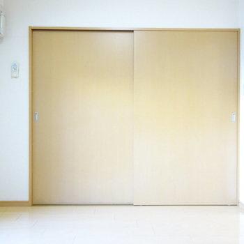 あの扉の先は・・・(※写真は5階の反転間取り別部屋、清掃前のものです)