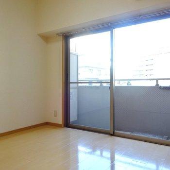 洋室の窓は大きめ!(※写真は5階の反転間取り別部屋、清掃前のものです)