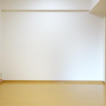 あっちにソファでも置こうかな?(※写真は5階の反転間取り別部屋、清掃前のものです)
