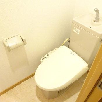 トイレはウォシュレット付き!(※写真は5階の反転間取り別部屋、清掃前のものです)