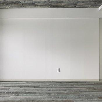 木目調の床と天井に白の壁が挟まれていて、落ち着きのある大人な雰囲気に。