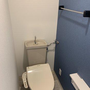 紺の壁紙がポイントのトイレ。