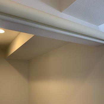浴室、洗濯機置場に続く入り口にはロールカーテン付き。仕切りの心配なし!