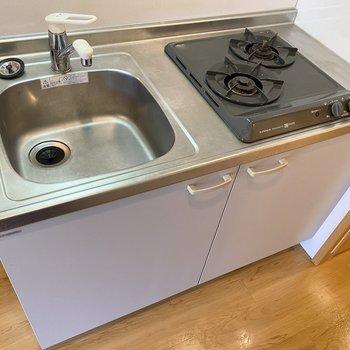 2口ガスコンロです。調理スペースはないので工夫が必要ですね。