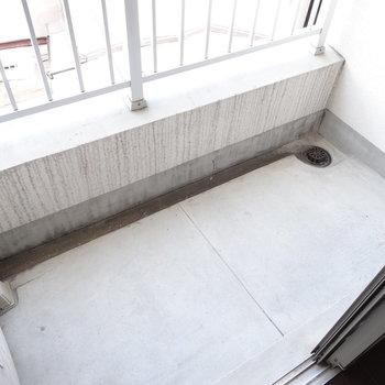 バルコニーはコンパクト。(※写真は3階の同間取り別部屋のものです)