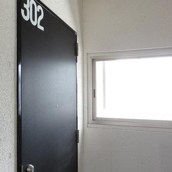 玄関ドアはメンズライクなデザイン。(※写真は3階の同間取り別部屋のものです)